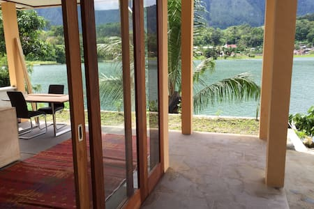 Beautiful villa right on lake Toba - Tuk Tuk Pandan