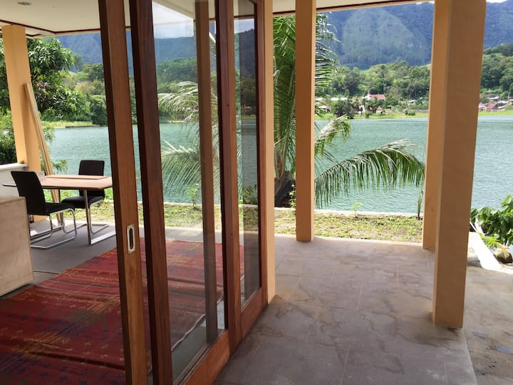 Beautiful villa right on lake Toba