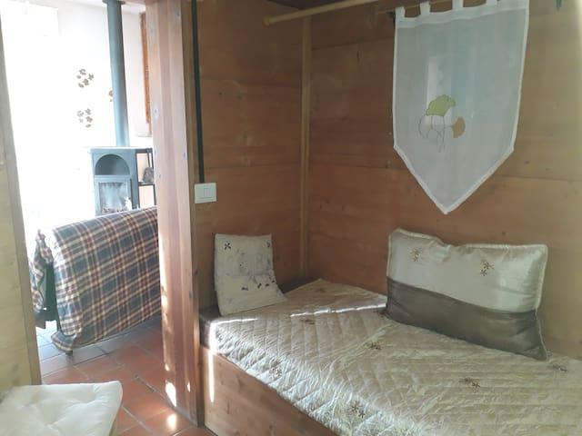 piccola camera con due letti singoli