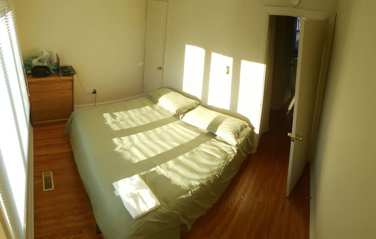 Private bedroom King Bed 1 - Toronto - Huis