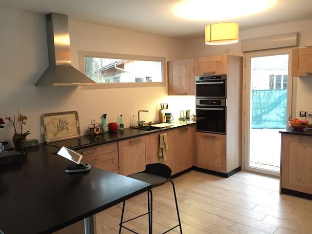 Chambre dans villa neuve proche aéroport - Versonnex - House