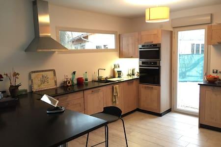 Chambre dans villa neuve proche aéroport - Versonnex - Haus