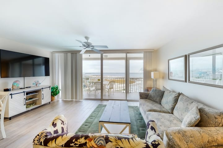 5th Floor Bright, bay view condo, Steps to the beach, Beach service & bicycles!