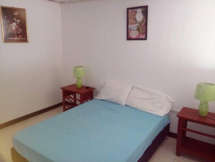 Segunda habitación cuenta con cama doble, aire acondicionado.