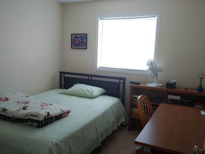 Comfortable Bedroom in Kanata w/Queen Bed