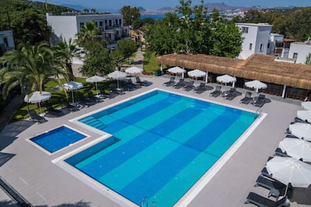 Large Suite for rent with pool and beach
