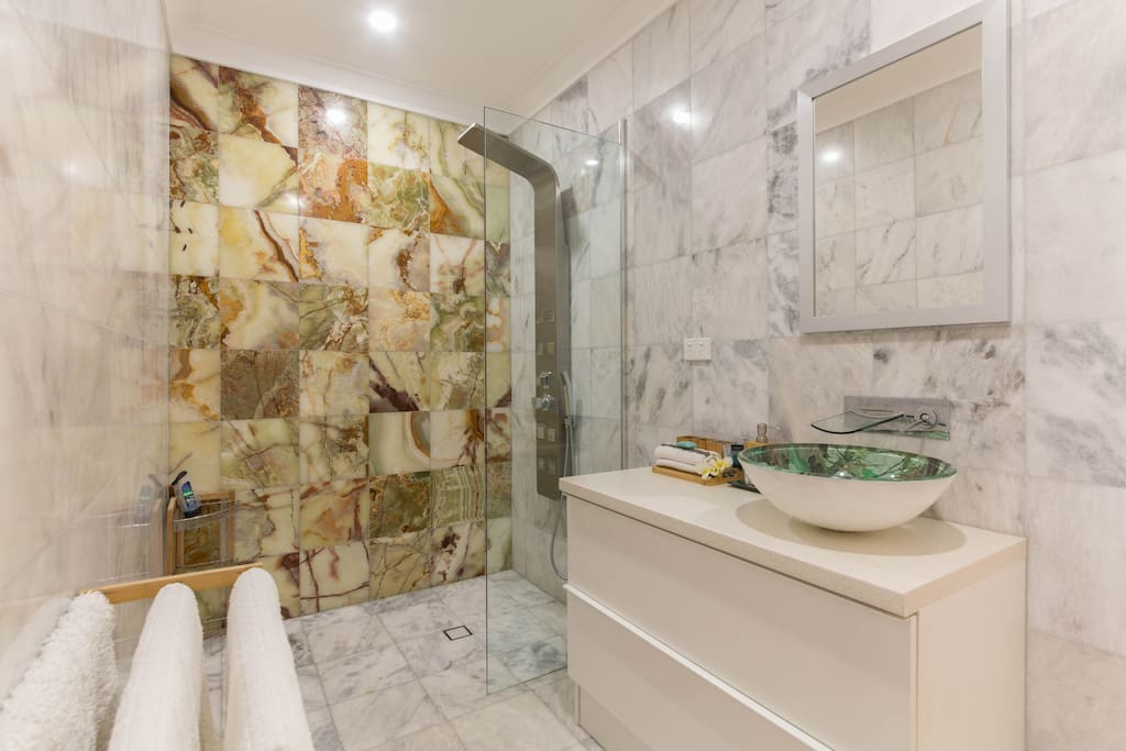 Marble and Onyx en-suite bathroom
