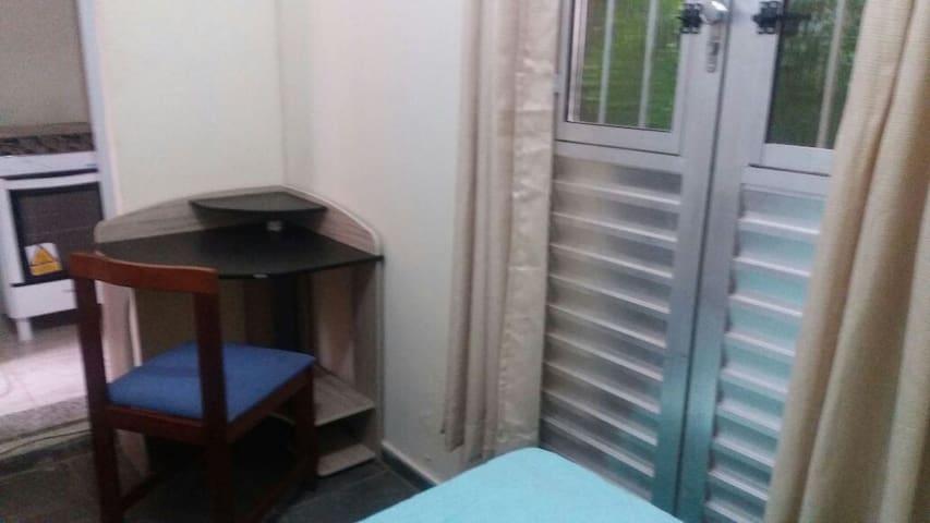 Quarto mobiliado cozinha, banheiro e garagem.
