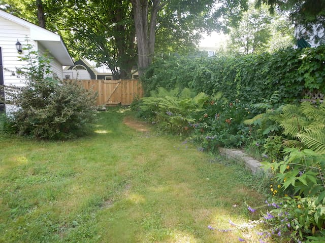 Downtown private apartment with an oasis backyard - Fredericton - Lejlighed