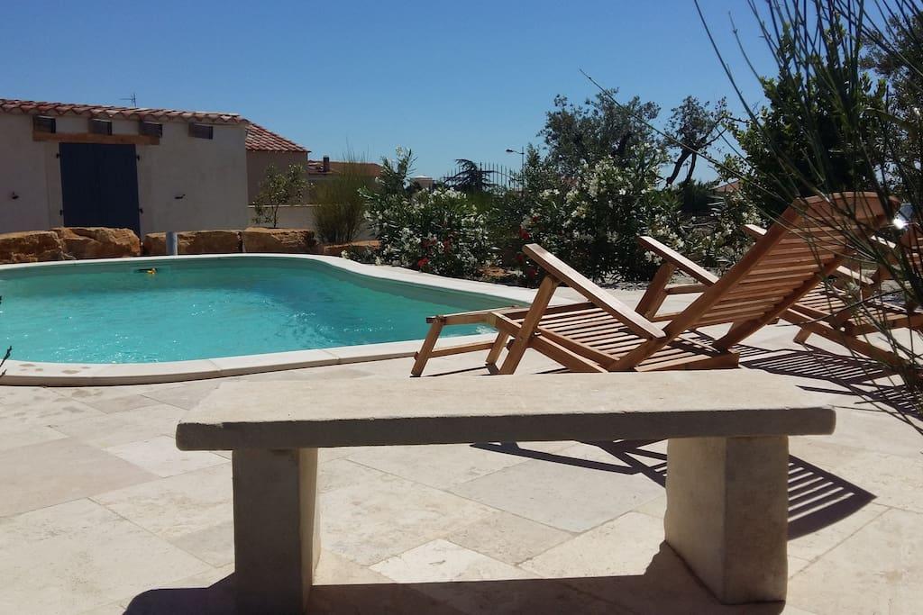 Bain de soleil devant la piscine