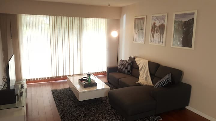 Bright & Cheery One Bedroom In Downtown Vancouver