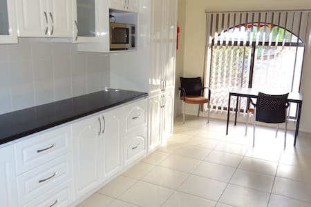 Self contained Private Guest house separate entry - Helensvale