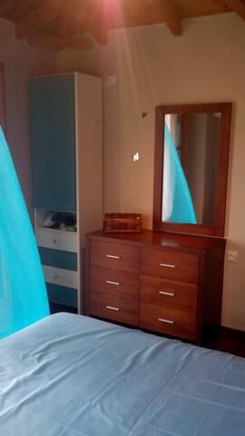 Κρεβατοκάμαρα στον τρίτο όροφο με μπαλκονάκι με θέα σε όλο το μεσσηνιακό κόλπο