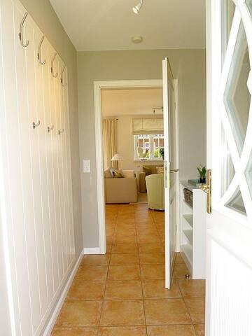 der Blick durch die geöffnete Friesentür läßt schon einen Blick in das schöne Wohnzimmer zu.