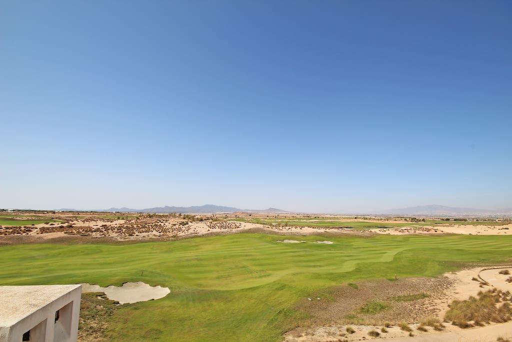 Vanaf het grote terras kijkt men direct op de golfbaan en richting ongerepte natuur.