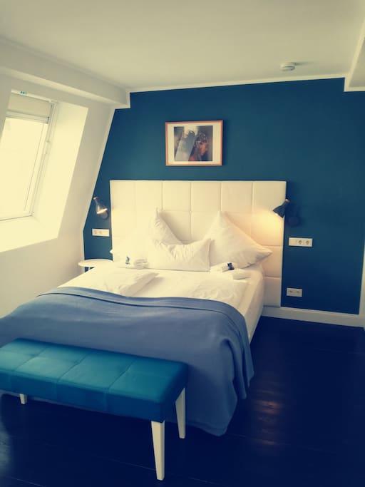 Schlafzimmer mit Queensize Doppelbett