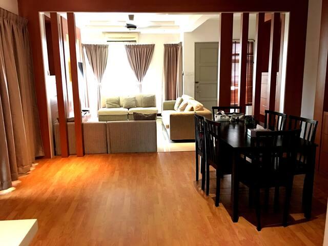 3-Storey Beautiful House Bangi (Free WiFi)