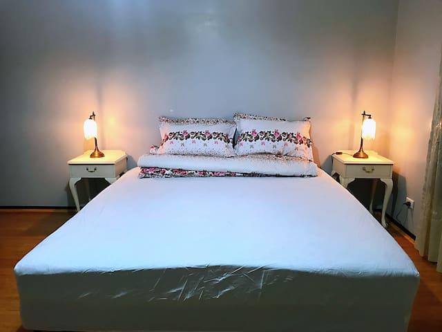 Katie's en-suite room kingsize bed
