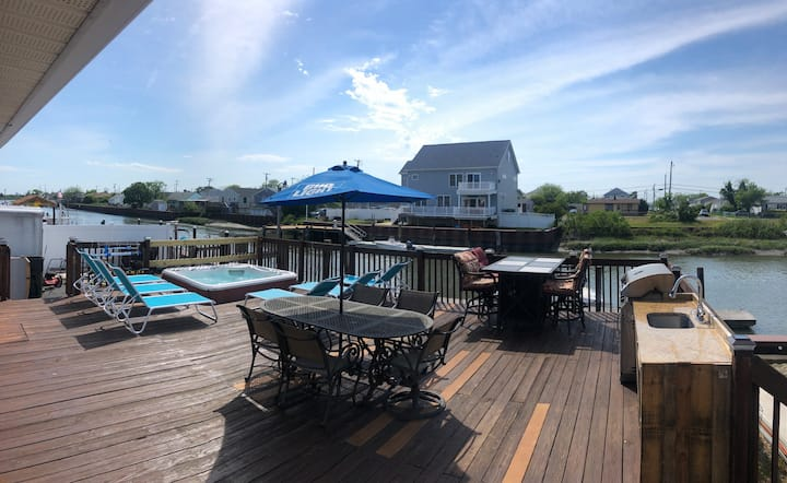 Cozy Cape Cod on the Water In AC w a Hot Tub