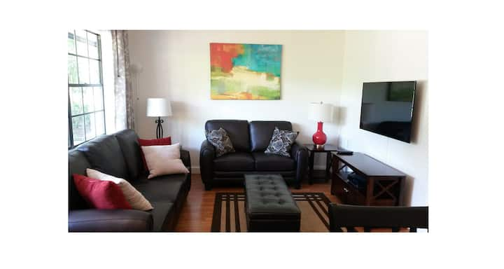 Lovely Condo w Pool, 3 blocks from Duke & Downtown