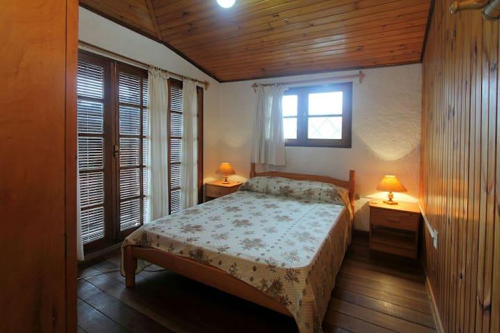 Dormitorio principal ubicado en planta alta con ventanas amplias que facilitan la iluminación y ventilación natural además de tener salida al balcón.También encontrarán un TV LED y un armario y para el caso de ser necesario, abrigo suficiente.