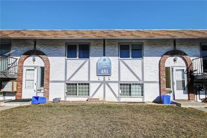 Spacious 3 Bedroom with Great Location/Amenities!