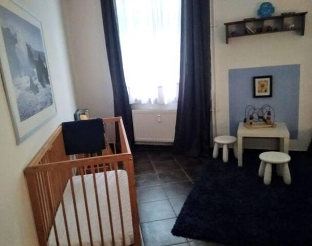 Schlafzimmer 1 - linke Seite mit Bett für ein Kleinkind