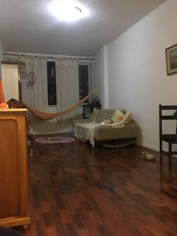 quarto inteiro sem móveis