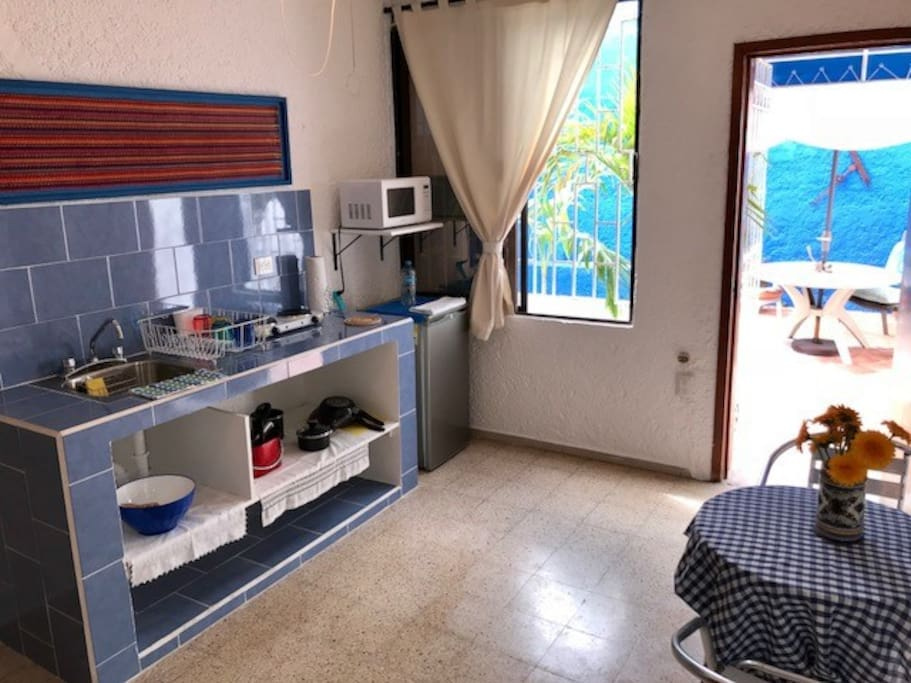 Cocineta completa con fregadero, parrilla electrica, microondas, mini refri, cafetera y utencilios de cocina. Full kitchenette with sink, electric grill, microwave oven, minifridge, coffe maker and kitchen utensils.