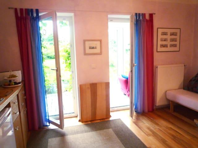 Zimmer mit Blick auf Garten und Wintergarten. (Tisch weggeklappt)