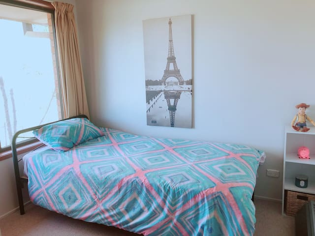 Cozy S-Room@4mins drive from UNE&Town + Nbn Wifi