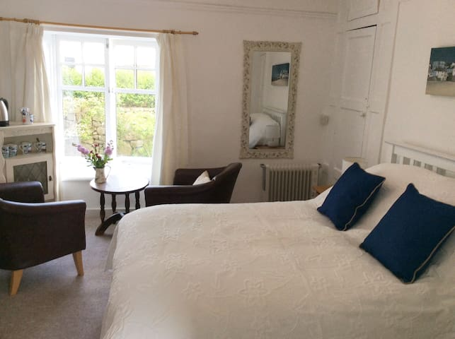 2 Rooms in lovely old House St. Ives, with parking