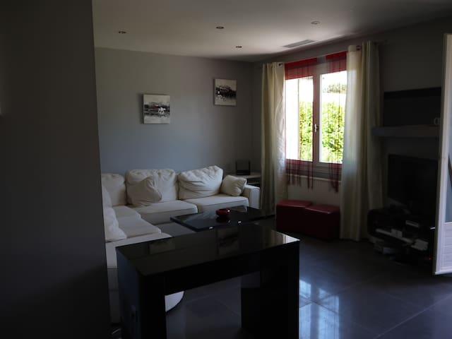 chambre de 15 m² privative dans villa avec piscine - Meyzieu - Villa