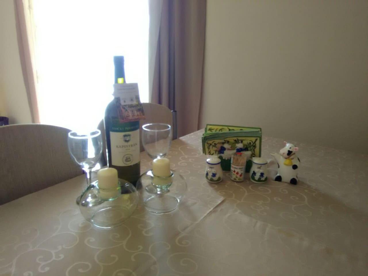 Stol u dnevni boravak sa blagovaonicom ,Nudimo piće dobrodošlice.
