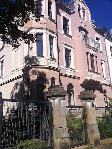 Großzügige Wohnung in Jugendstilhaus