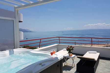 """Seaside penthouse with Hot tub """"SKY LIVING"""""""