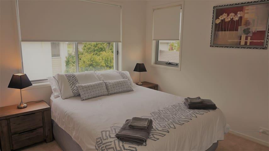 Bedroom 2 (1 x Queen Bed)