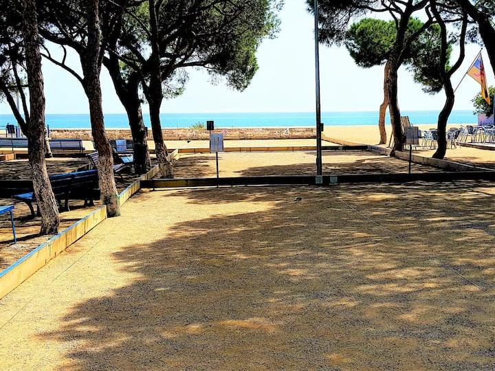 Beachfront villa with garden and tennis court