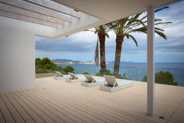 Exclusive seafront villa, Es Cubells, with pool. - Es Cubells - House