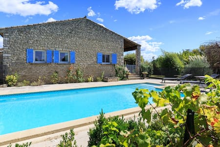 GORDES: Charming house with swimming pool