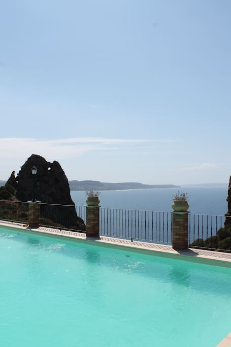 IL MARE VISTO DALLA PISCINA/VIEW FROM THE POOL
