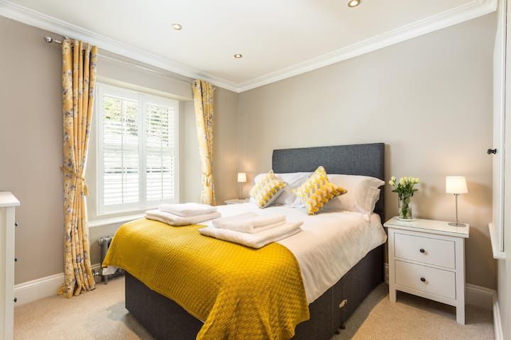 Luxurious Cottage with Cosy Courtyard, Torquay