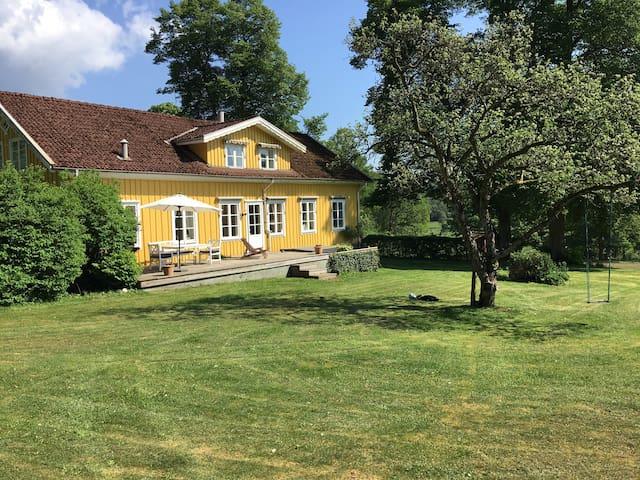 Egen gård vid sjö i idylliska Åkulla bokskogar