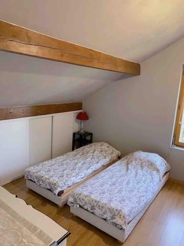 Chambre 3 très spacieuse avec 2 lits simples et un lit double, idéale pour un groupe d'amis ou une famille de 4 personnes