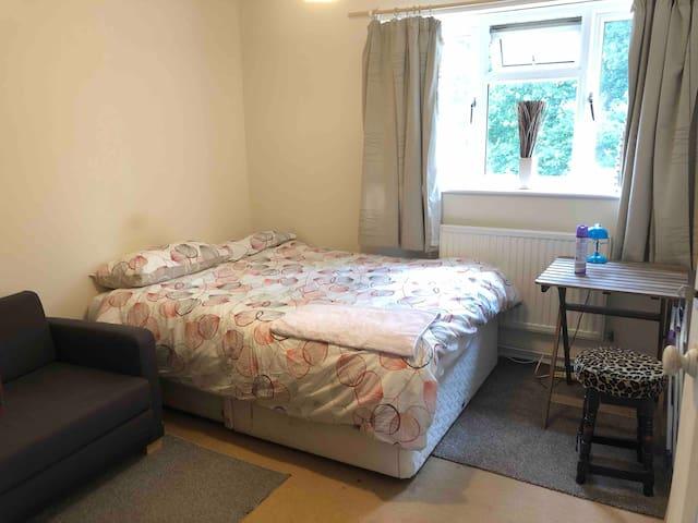 Large doublebed flat close to University of Surrey