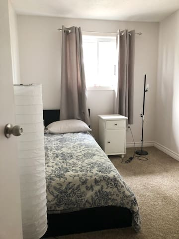 Bright Kanata Bedroom-Females Only