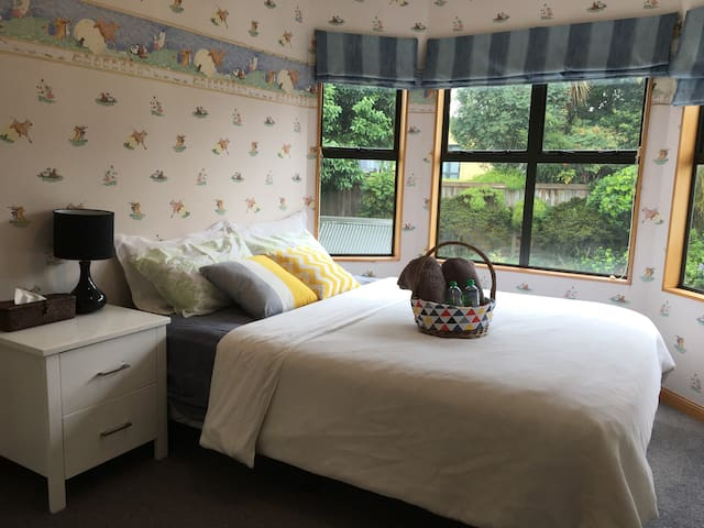 1st queen bedroom with private bathroom & toilet
