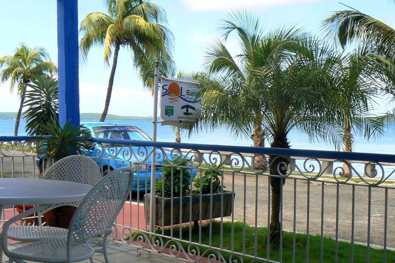 Casa SOLBAHIA está ubicada en la zona residencial La Punta,con terraza frente al mar que nos invita a disfrutar de una hermosa tarde, contemplando las inolvidables puestas de sol en la Bahía de Jagua.