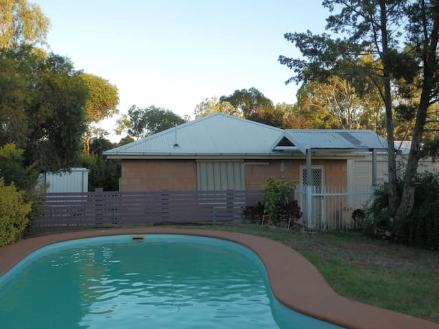 B&B Wagga - Hillview Cottage - Lake Albert - Bed & Breakfast