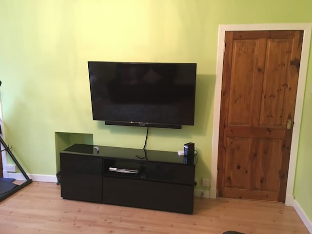 Double room - fantastic village near GLW Airport - Crosslee